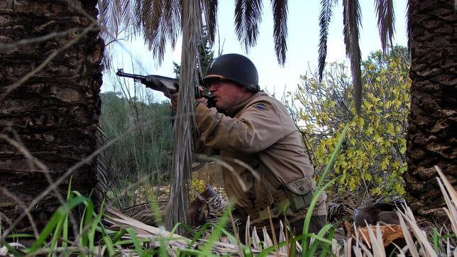 Un jugador recrea una batalla con un fusil de pega