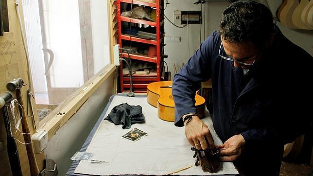 Jesús de Jiménez trabajando en el taller de guitarras que tiene en Osuna