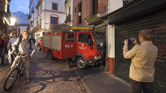 El camión, empotrado contra un local de la Espartería