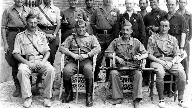 Castejón, el segundo por la izquierda, sentado, junto a unos soldados en Sevilla