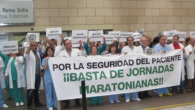 Protesta laboral por la jornada de 12 horas en el hospital Reina Sofía