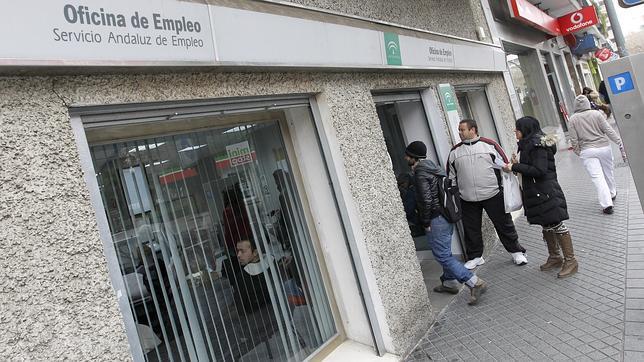 El paro sigue bajando en andaluc a en abril for Oficina de empleo sevilla