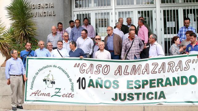 Afectados por el «caso Almazaras de Priego», ayer, ante la puerta de la Audiencia
