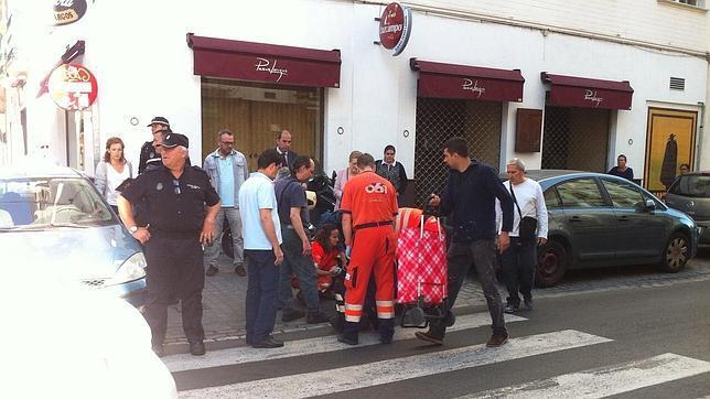 Una mujer herida al ser arrollada por un coche en la calle for Servicio tecnico jane sevilla calle feria