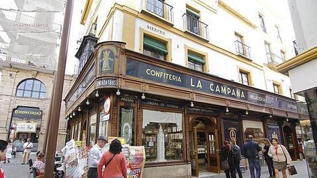 Fachada exterior de la emblemática confitería La Campana