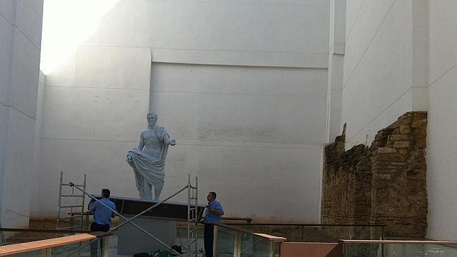 Dos operarios colocan un andamio junto a la estatua de Claudio Marcelo en Córdoba