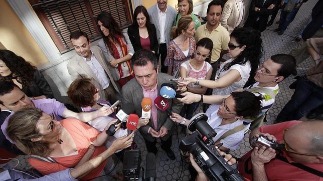 Juan Espadas respondiendo a los medios de comunicación en la calle