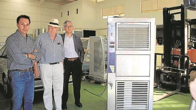 Enrique Veiga, en el centro, es el ingeniero que inventó la máquina