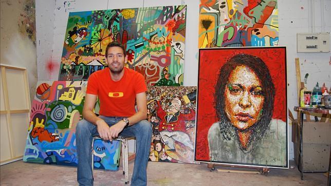 El pintor de Dos Hermanas que expone su arte en botellas de vino