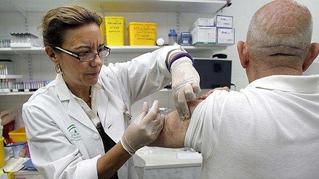 Una trabajadora de un centro de salud cordobés en plena campaña contra la gripe