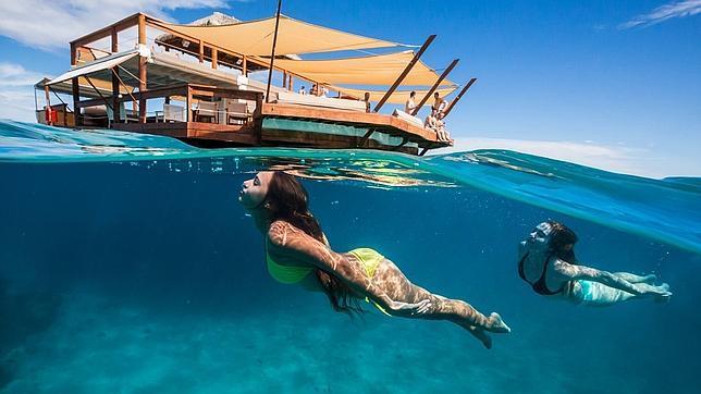 Vídeo: Un asombroso bar flotante literalmente en medio del océano