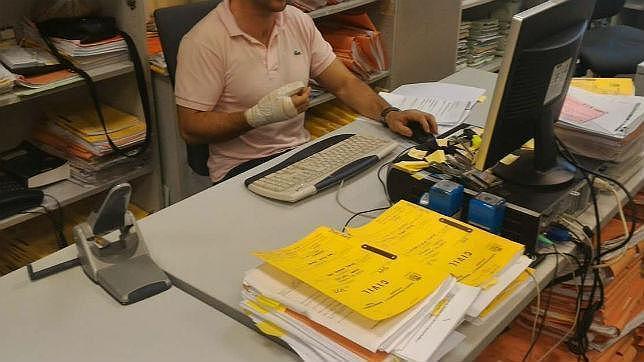 Un funcionario va a trabajar con una mano herida para que la Junta no le recorte el salario