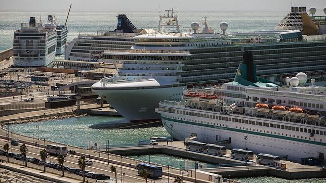 Foto del puerto de Málaga lleno de cruceros turísticos