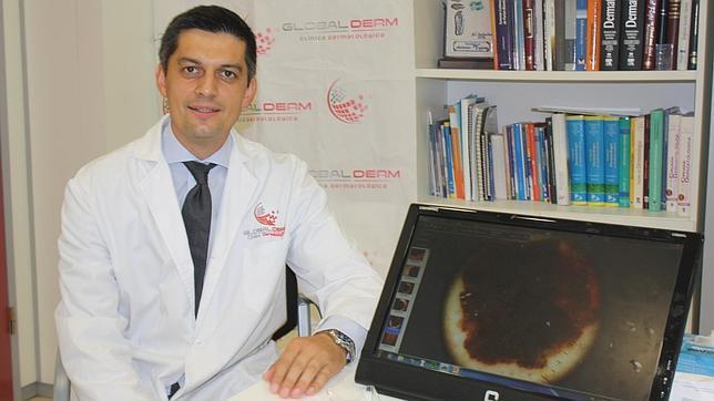El doctor Antonio Tejera, en su despacho