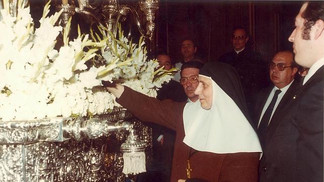 Madre María de la Purísima ante el paso de Santa Ángela