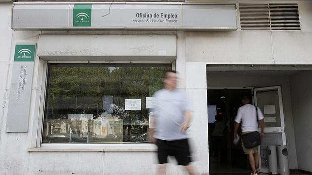 El paro baj en andaluc a en personas en junio for Oficina del sae