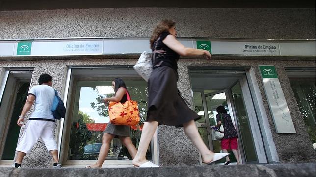 Una mujer pasa delante de la oficina del sae en coln for Oficina del sae
