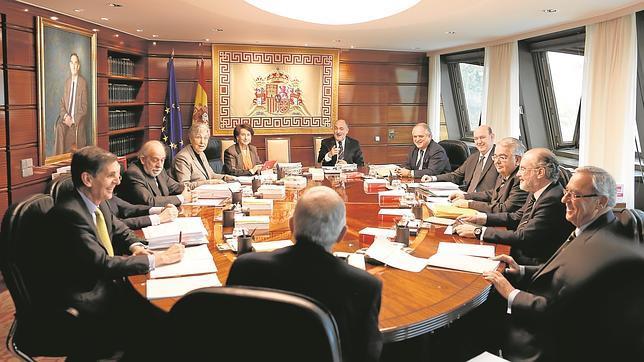 El Constitucional da un doble revés a la Junta y avala al Gobierno central