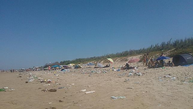 Jóvenes durmiendo junto a montones de basuras en las playas de Costa Ballena