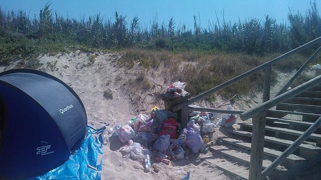 Basura apilada en los accesos a la playa en Costa Ballena (Chipiona)