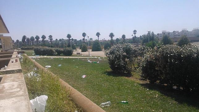 Restos de basuras en los parques de Costa Ballena