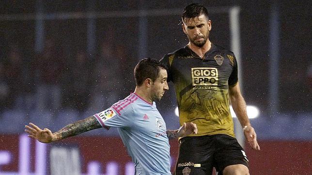Domingo Cisma pugna por un balón con un jugador del Celta