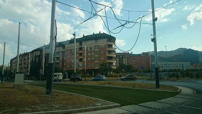Los cables colgando de las catenarias del tranvía jienense