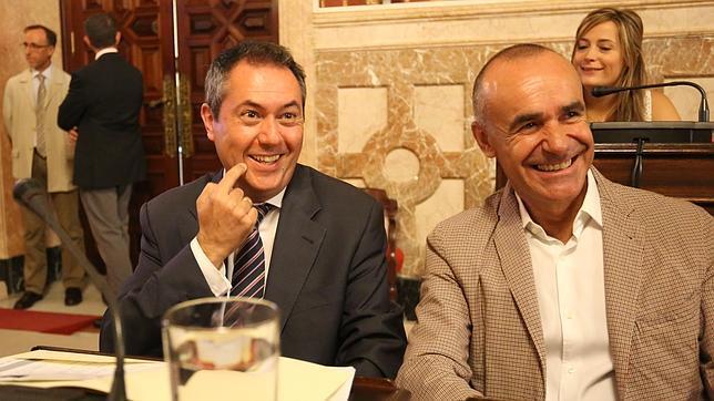 El alcalde, Juan Espadas, y el delegado de Urbanismo, Antonio Muñoz, este viernes en el Pleno