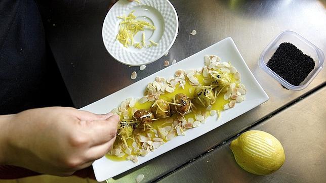 Un cocinero de Casa Mazal termina un plato típico de la cocina sefardí