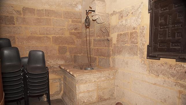 Pozo en el interior de la iglesia de San Pedro, con el agua a unos diez metros