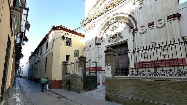 La fachada de la iglesia del convento de Santa Rosalía en la calle Cardenal Spínola