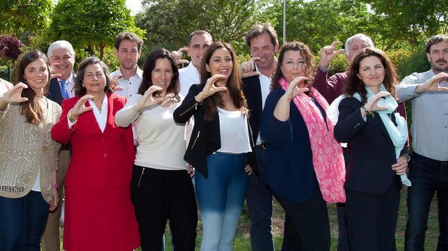 La concejal de Ciudadanos en Castilleja de la Cuesta, Carmen López, en el centro de la imagen junto al resto de miembros de su candidatura