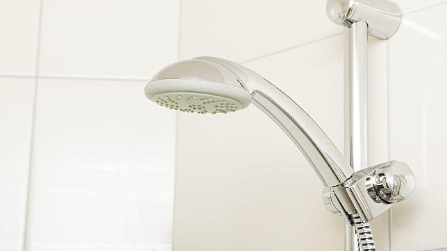 C mo reducir a la mitad el consumo de agua en la ducha for Como se quitan las llaves dela regadera