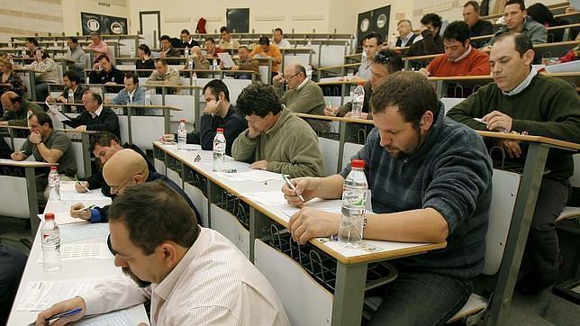 Opositores en un examen