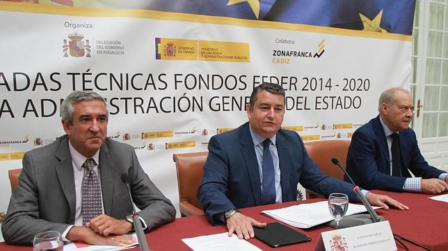Antonio Sanz, delegado del Gobierno (centro), en las jornadas sobre los fondos FEDER