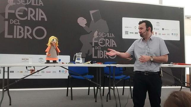 Manu Sánchez explicando su método docente en la Feria del Libro de Sevilla