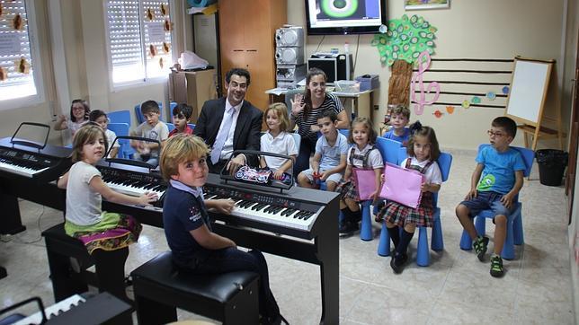 Pedro Vázquez, junto a algunos niños del conservatorio de Sanlúcar la Mayor
