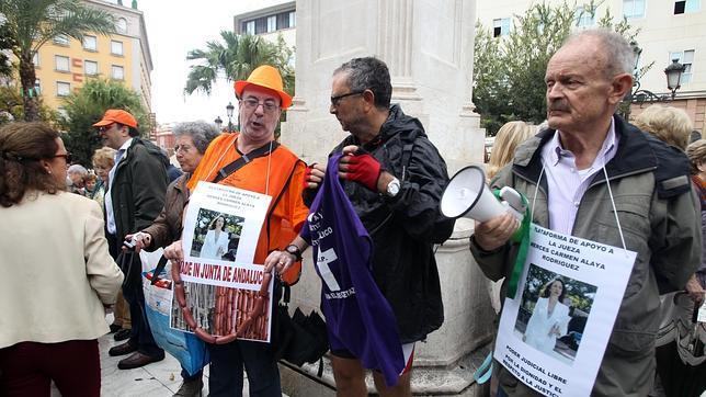 La lluvia no frena la concentración en Sevilla en favor de la juez Mercedes Alaya