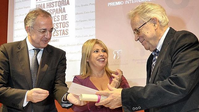 Santos Juliá recibe su premio en presencia de la alcaldesa de Jerez