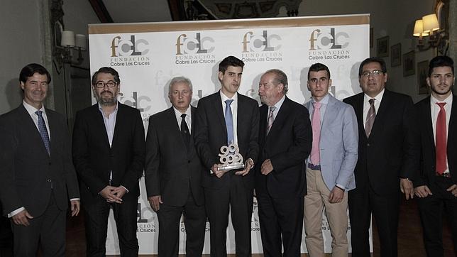 Foto de familia de los premiados con las autoridades y directivos de la explotación minera