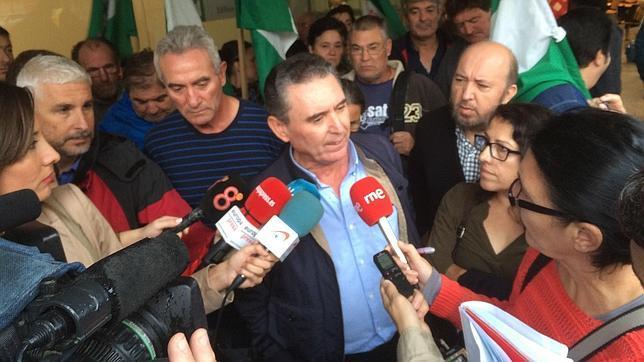 Miembros del SAT atienden a los medios en presencia de Diego Cañamero y Mari García