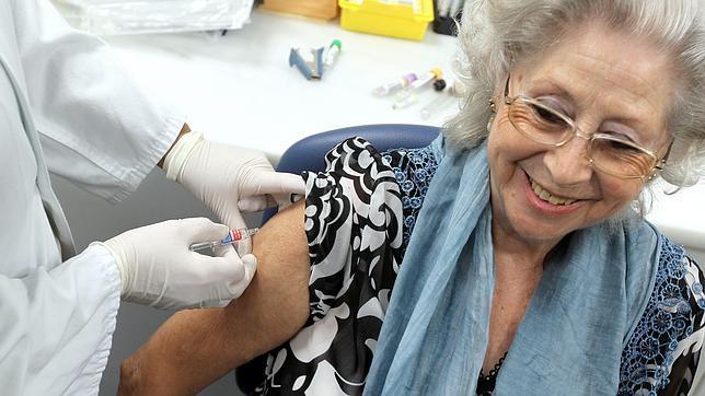 Los mayores de 65 años deben pedir cita para vacunarse contra la gripe