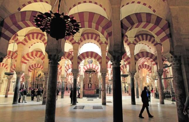Interior de la Mezquita-Catedral, con varios altares dedicados al culto católico
