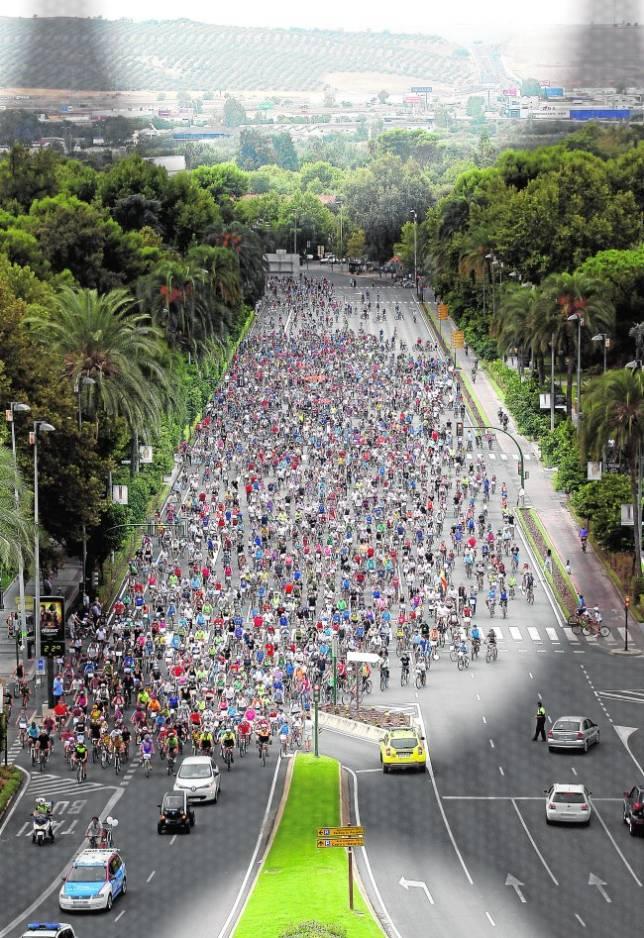 La avenida Conde Vallellano repleta de ciclistas ayer