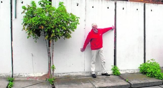 Wieland Giebel vende por internet segmentos del Muro de tres metros y medio de alto