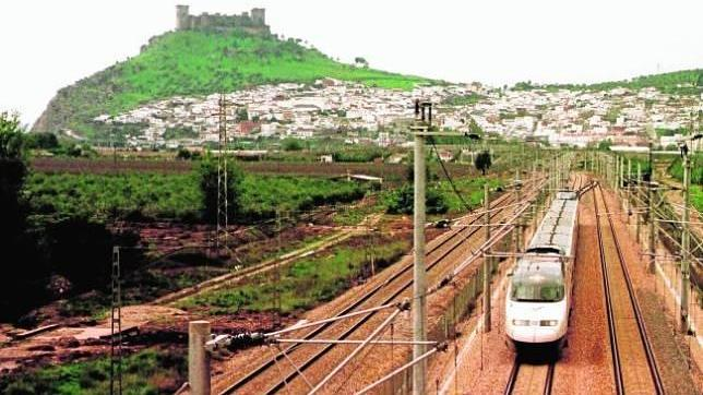 Un tren de alta velocidad a su paso por la localidad de Almodóvar del Río