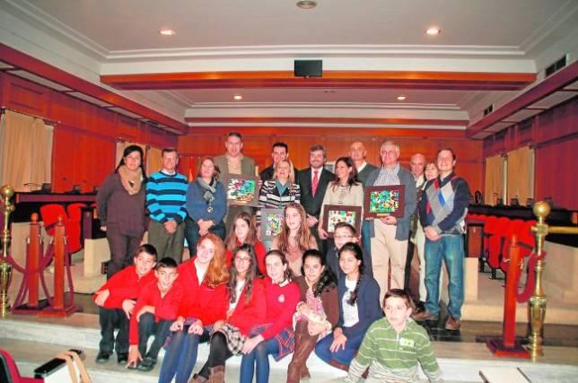 Representantes de las entidades premiadas, tras recibir los galardones en el Ayuntamiento