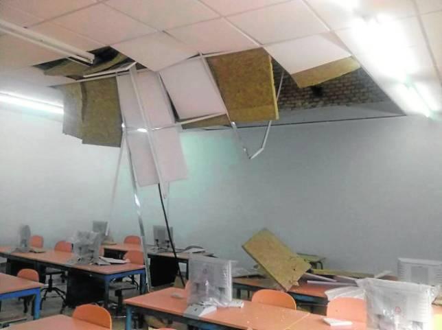 Techo derrumbado en el aula de informática del Colegio Virgen de la Cabeza de Priego