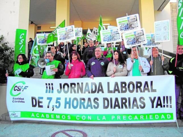 Concentración de trabajadores afiliados a CSIF, ayer en el Hospital Provincial