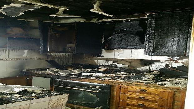 Frustrado intento de un vecino de controlar un fuego en su cocina - Cocina de fuego ...
